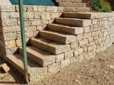 Marche d'escalier et pierre clivée