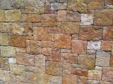 Mur en moellon clivé face ocre