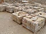 Stock de pierre à bâtir clivée en palette