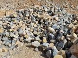 Stock de pierre à bâtir clivée en vrac bleue beige